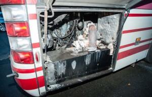 Der Fahrer hat den Bus gegen 6.30 Uhr abrupt anhalten müssen. Glücklicherweise hat er den Qualm im hinteren Bereich bemerkt. Dort hat der Motorgebrannt. | FOTO: CHRISTIAN MATHIESEN