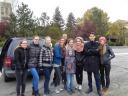 Auf dem Foto: Jennifer Ritter, Lisa Gurb (HERZ B13), Anita Penner, Johanna Seifert (HERZ A13), StR Andreas Prieb und die Schülerinnen und Schüler des Zelinski-Gymnasiums, die sie in der Zeit herzlich aufgenommen haben.