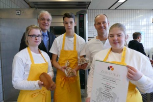 v.l.n.r.: Nicole Joachim, Herr Czorny (Leiter des Berufskollegs), Jan Daniel, Herr Feindt (betreuende Lehrkraft), Laura Huuk